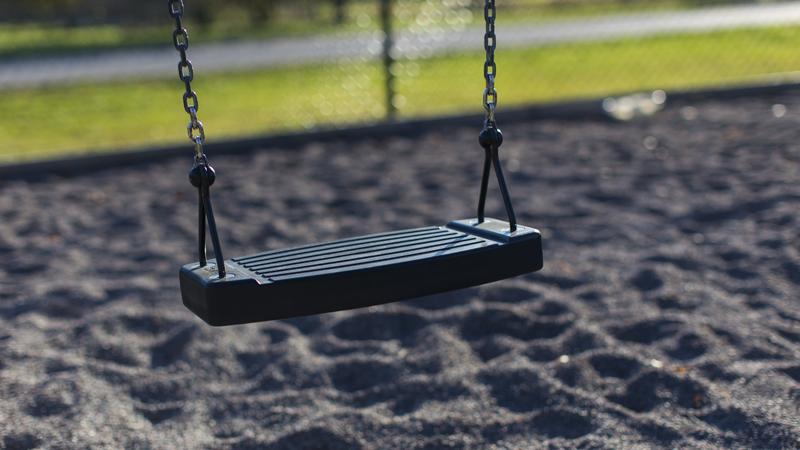 En gunga i stora lekparken tas bort temporärt
