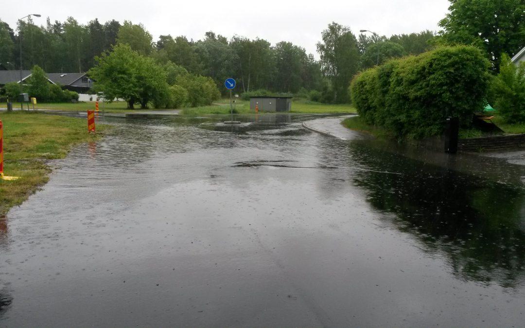 Stora vattensamlingar i korsningen Backvägen Hemmesta Dalväg