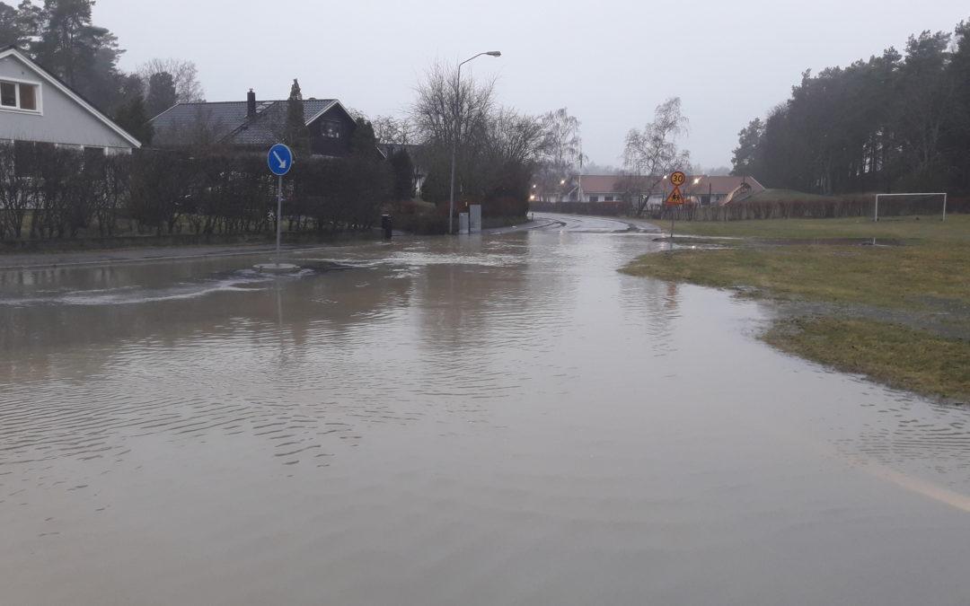 Översvämning i korsningen Hemmesta Dalväg – Backvägen